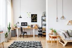 Espace de travail spacieux avec le tapis de scandi Photo stock