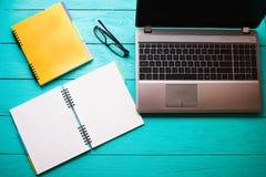 Espace de travail sur la table en bois bleue Vue supérieure Voir les mes autres travaux dans le portfolio L'espace d'ordinateur e Photo stock