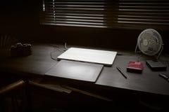 Espace de travail sur la table noire d'un photographe Image libre de droits