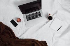 Espace de travail sur le lit Image libre de droits