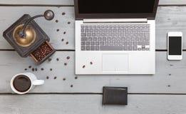 Espace de travail sur une table en bois d'en haut Photos stock