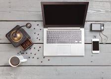 Espace de travail sur une table en bois d'en haut Photographie stock