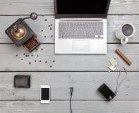 Espace de travail sur une table en bois d'en haut Photo libre de droits