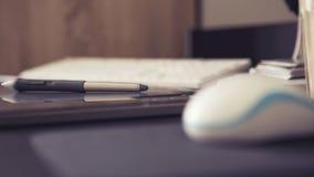 Espace de travail vide d'un concepteur avec le comprimé graphique et le stylo, keybo Photographie stock libre de droits