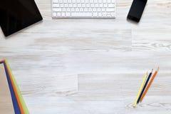 Espace de travail vide sur la table en bois Photos libres de droits