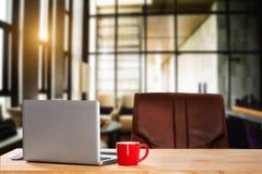 Espace de travail de vue de face avec l'ordinateur, images stock