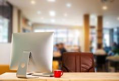 Espace de travail de vue de face avec l'ordinateur, Digital lançant des médias sur le marché dans l'écran virtuel photo libre de droits
