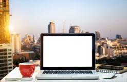Espace de travail de vue de face avec l'ordinateur, photo libre de droits