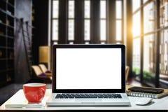 Espace de travail de vue de face avec le concept d'ordinateur image stock