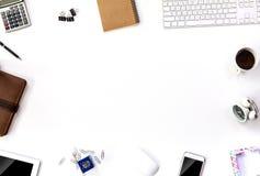 Espace de travail de vue supérieure avec le comprimé et l'ordinateur Image stock