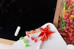 Espace escrito em um quadro-negro com giz, caramelo, doces, estrela, varinha, dia de Valentim, sinal da porta do pirulito do gulo Imagem de Stock Royalty Free