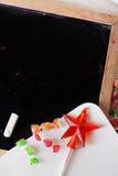 Espace escrito em um quadro-negro com giz, caramelo, doces, estrela, varinha, dia de Valentim, sinal da porta do pirulito do gulo Foto de Stock Royalty Free