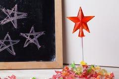 Espace escrito em um quadro-negro com giz, caramelo, doces, estrela, varinha, dia de Valentim, sinal da porta do pirulito do gulo Imagens de Stock