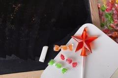 Espace escrito em um quadro-negro com giz, caramelo, doces, estrela, varinha, dia de Valentim, sinal da porta do pirulito do gulo Imagens de Stock Royalty Free