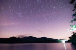 Espace extra-atmosphérique au-dessus de santeetlah de lac en grandes montagnes fumeuses Photographie stock