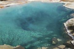 Espace libre, aqua, piscine thermique, cuisant à la vapeur en parc de Yellowstone, le Wyoming Photographie stock libre de droits
