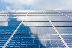 Espace libre bleu Sunny Day Clouds Refl de technologie de plan rapproché de panneaux solaires Images stock