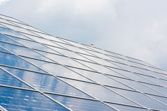 Espace libre bleu Sunny Day Clouds Refl de technologie de plan rapproché de panneaux solaires Image stock