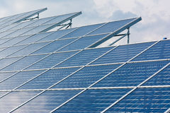 Espace libre bleu Sunny Day Clouds Refl de technologie de plan rapproché de panneaux solaires Images libres de droits