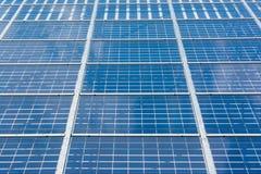 Espace libre bleu Sunny Day Clouds Refl de technologie de plan rapproché de panneaux solaires Image libre de droits