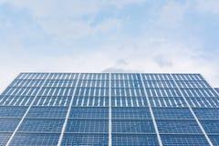 Espace libre bleu Sunny Day Clouds Refl de technologie de plan rapproché de panneaux solaires Photos libres de droits