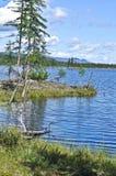 Espace libre du nord de lac photo : les montagnes, le ciel, l'eau. Photographie stock