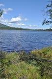 Espace libre du nord de lac photo : les montagnes, le ciel, l'eau Images stock