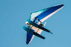 Espace libre motorisé Sunny Sky Background de Hang Glider Flying On Blue Images libres de droits