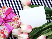 espace o cartão branco com as flores artificiais bonitas e o Empty tag para seu texto Imagem de Stock Royalty Free
