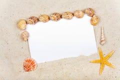 Espace publicitaire sur le livre blanc dans le sable Photographie stock libre de droits