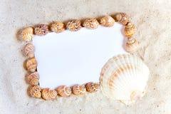 Espace publicitaire sur le livre blanc dans le sable Image stock