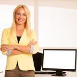 Espace publicitaire sur le moniteur - femme d'affaires se tenant près de blan Photographie stock libre de droits