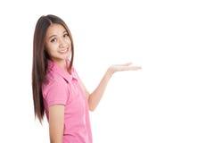 Espace vide de beau présent asiatique de fille Photo libre de droits