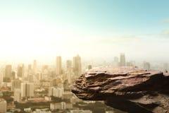 Espace vide du bord de falaise sur la vue supérieure de gratte-ciel Photos libres de droits