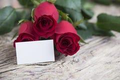 Espace vide pour le message d'amour pour le jour du ` s de Valentine avec les roses rouges Image libre de droits
