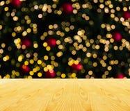Espace vide supérieur en bois de table ou secteur vide avec la lumière d'arbre de Noël Images libres de droits