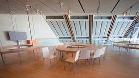 Espacez consacré aux ateliers éducatifs dans le bâtiment moderne Images stock
