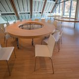 Espacez consacré aux ateliers éducatifs dans le bâtiment moderne Photo stock