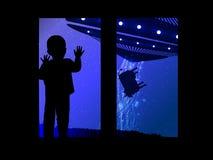 Espacez et l'enfant regardant l'UFO de fenêtre Photographie stock libre de droits
