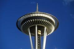 Espacez l'aiguille à Seattle, WA contre le ciel bleu Images stock
