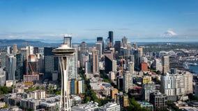 Espacez l'aiguille et Seattle du centre Washington avec le mont Rainier sur le horizion Photos libres de droits