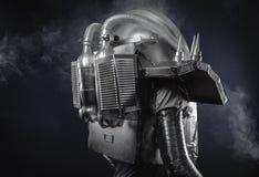 Espacez l'homme, l'astronaute habillé en argent ou le costume d'espace métallisé Image libre de droits