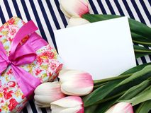 espacez la carte de voeux blanche avec de belles fleurs artificielles et l'Empty tag pour votre texte Image libre de droits