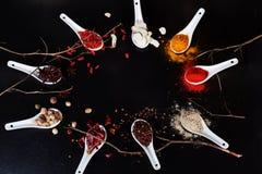 Espacez la poudre moulue supérieure noire d'ingrédients de cari de safran des indes de piments d'épices de fond Photos stock
