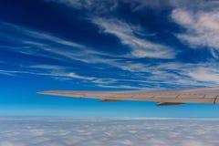 espacez la vue de la fenêtre d'avion de ligne avec des nuages de ciel bleu Images libres de droits