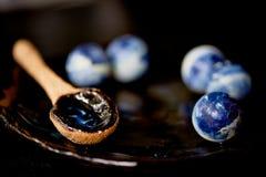 Espacez le chocolat blanc de sucrerie de gradient sur une surface foncée L'art du chocolatier Image libre de droits