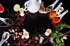 Espacez le dessus noir d'ingrédients de cari de safran des indes de piments d'épices de fond Photos libres de droits