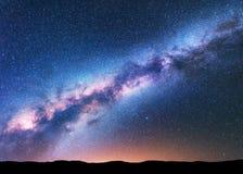 Espacez le fond avec la manière laiteuse étonnante et les étoiles Images libres de droits