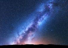 Espacez le fond avec la manière laiteuse étonnante et les étoiles Images stock