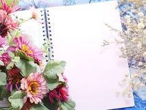 Espacez le fond de carnet avec le bouquet des filtres de vintage de fleurs Photographie stock libre de droits